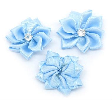 Satijn bloem licht blauw met strasssteentje