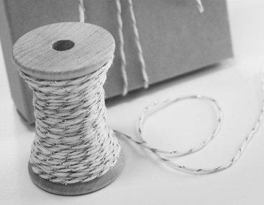 Katoen touw 1 mm gebroken wit zilver metalic 30 meter op houten klosje